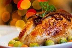 poulet cuit dans une assiette