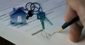 signature de contrat avec des clés