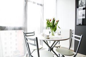 table et chaises de salle à manger d'un appartement en location