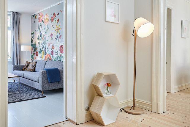 lampe et étage dans un hall d'appartement
