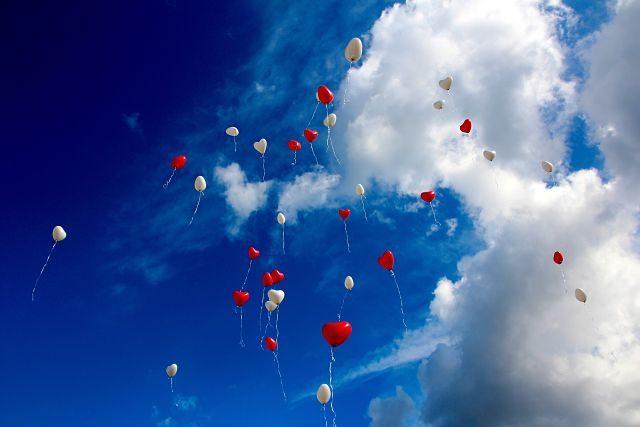 Ballons rouge et blanc dans le ciel