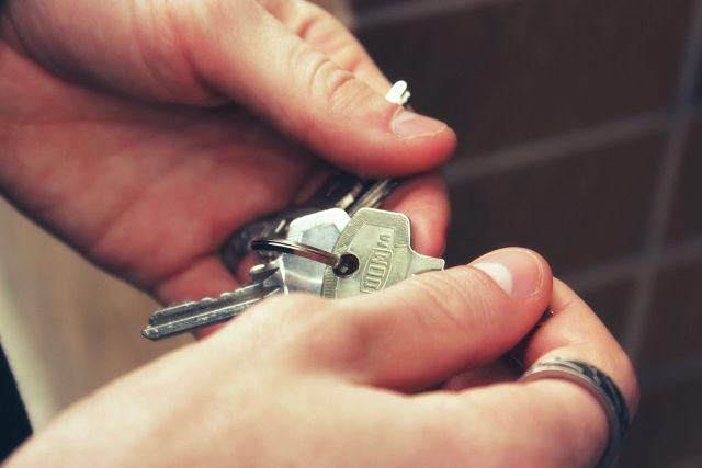 clés dans une main