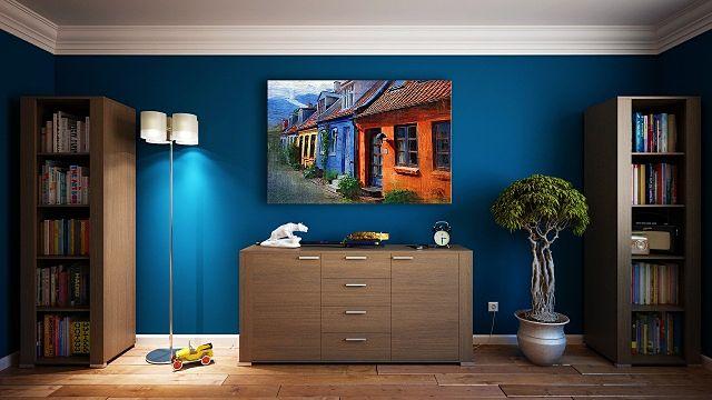 buffet devant le mur bleu d'un salon